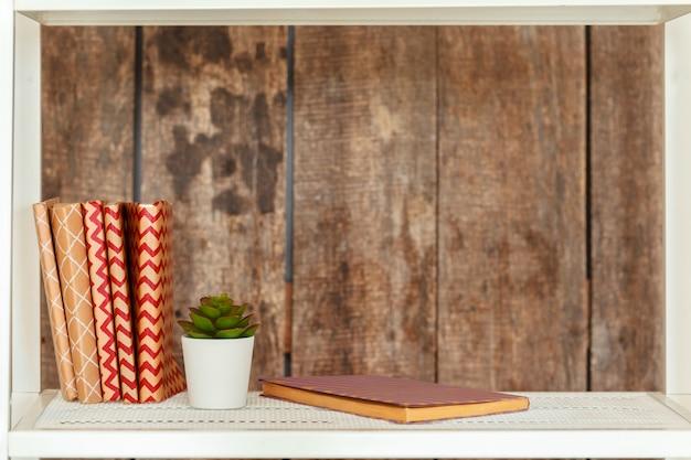 Estante branca elegante contra a parede de madeira de grunge