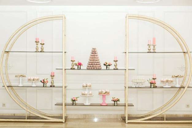 Estante de design com doces. decoração das festas