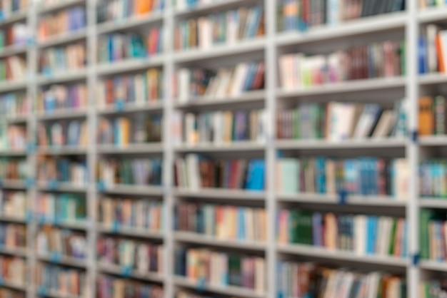 Estantes de biblioteca de ângulo baixo
