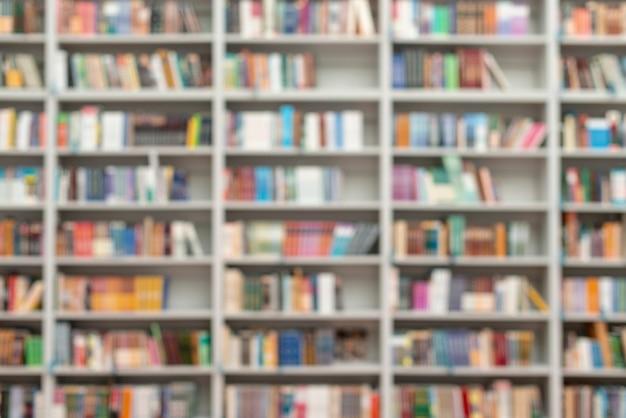 Estantes de biblioteca turva
