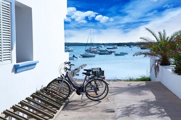 Estany des peix em formentera com estacionamento para bicicletas