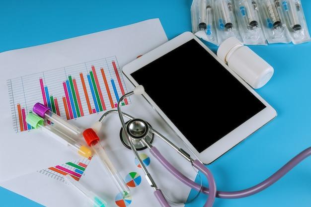 Estatísticas médicas com tablet e estetoscópio