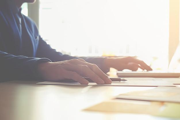 Estatísticas mulheres do sexo feminino que trabalham explicando papel