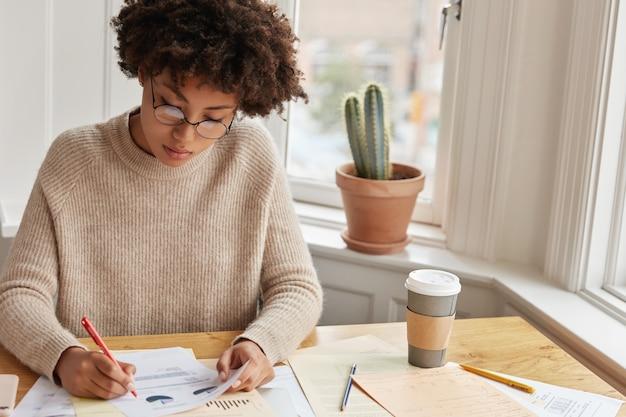 Estatístico concentrado trabalhando em casa