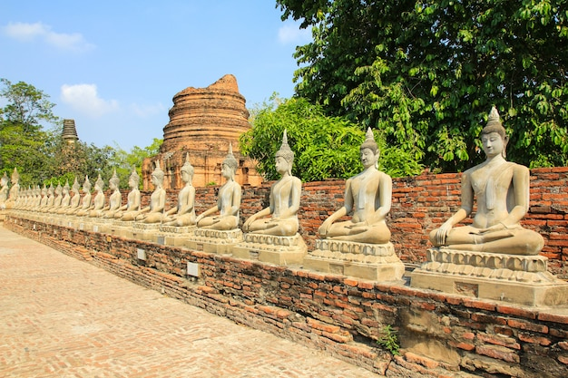 Estátua antiga da buda em wat yai chaimongkol em ayutthaya, tailândia.
