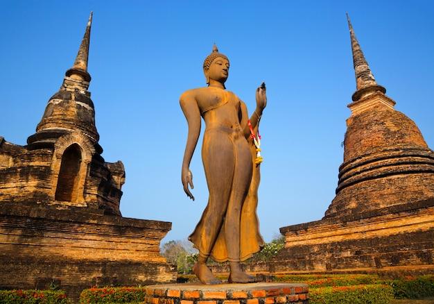 Estátua antiga de buddha no parque histórico de sukhothai, tailândia.