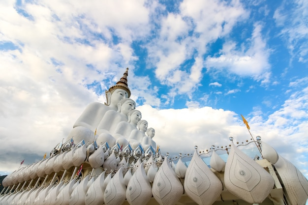 Estátua branca de buda, templo de wat phra that pha son kaew em khao khor