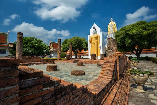 Estátua da buda em wat phra si rattana mahathat em phitsanulok tailândia.