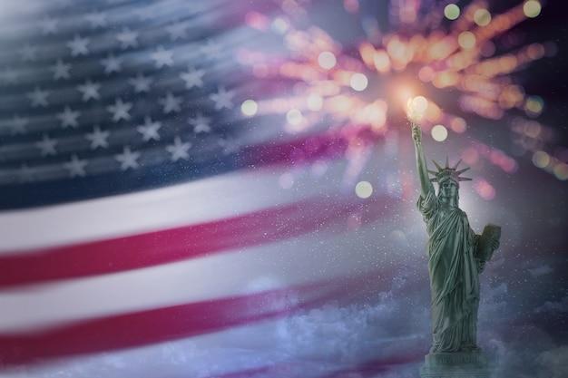Estátua da liberdade com a bandeira do eua e fogos de artifício. espaço para cópia para uso. 4 de julho do dia da independência. dia de trabalho