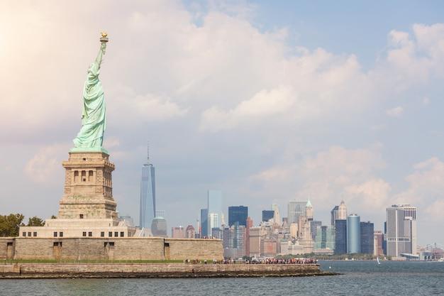 Estátua da liberdade com arranha-céus no centro da cidade