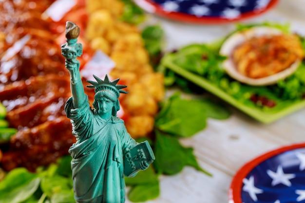 Estátua da liberdade com comida americana saudável não em foco.
