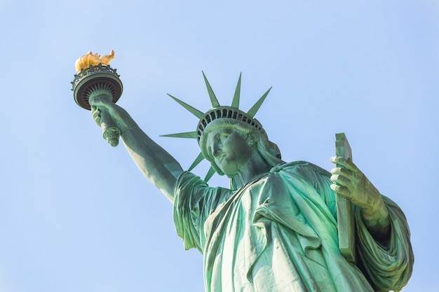 Estátua da liberdade em um dia ensolarado