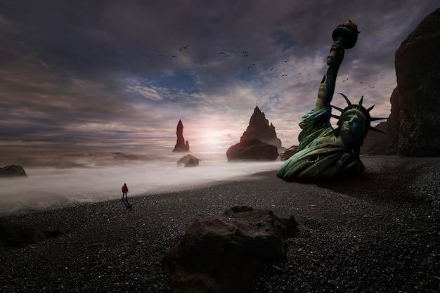 Estátua da liberdade meio enterrada na areia da praia