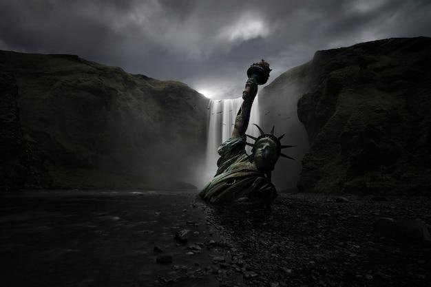 Estátua da liberdade meio enterrada na areia de uma enorme cachoeira