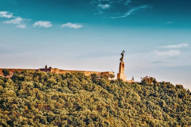Estátua da liberdade na colina gellert em budapeste no dia de verão. hungria.
