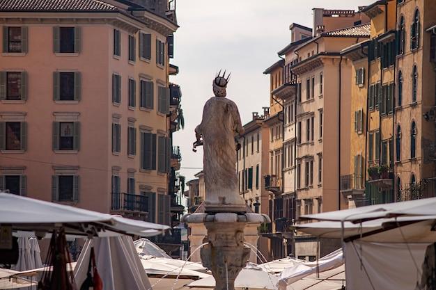 Estátua da madonna em verona na praça erbe ou na piazza delle erbe em italiano