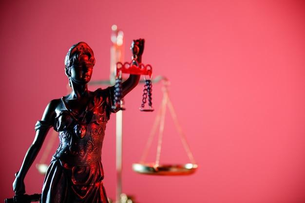 Estátua da senhora justiça em cartório, símbolo da justiça e da lei