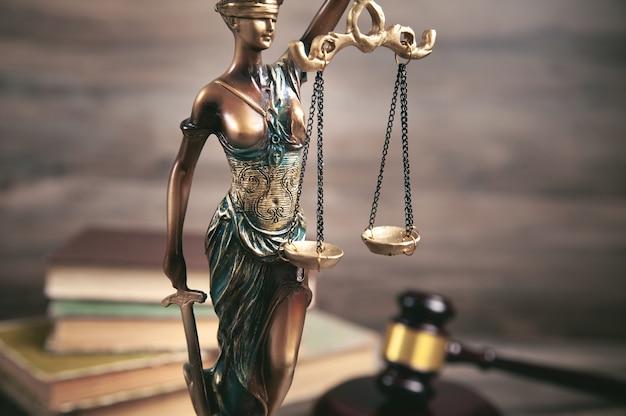 Estátua da senhora justiça, livro e martelo.