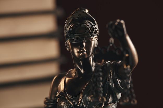 Estátua de bronze da justiça na mesa isolada. conceito de notário.