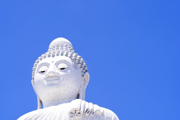 Estátua de buda com céu azul