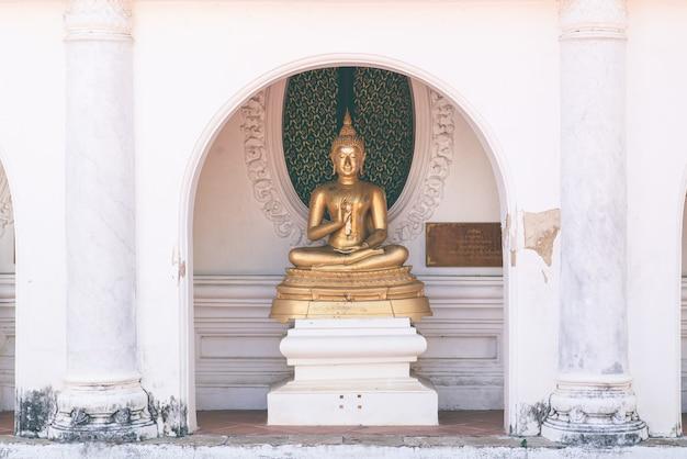 Estátua de buda com cru de latão. coisa sagrada, acredite, cultura, tradicional. budista acredita no conceito. conceito de calma. conceito de meditação.