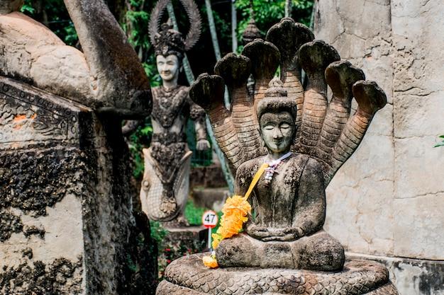 Estátua de buda de acordo com as crenças budistas e hindus. localizado no jardim do buda, vientiane, laos.