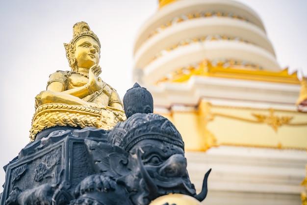 Estátua de buda de ouro um templo