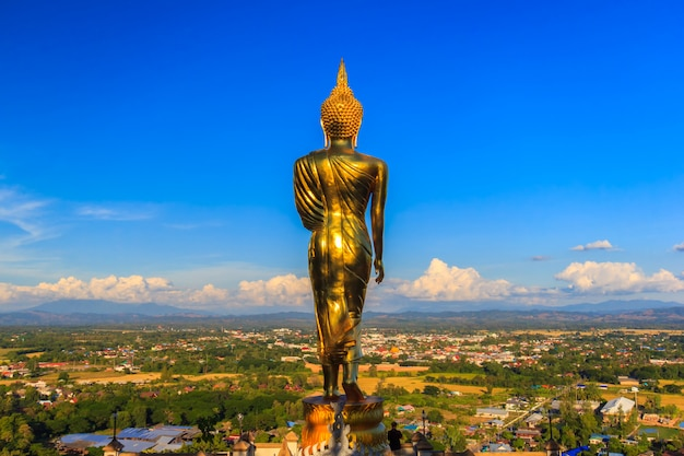 Estátua de buda dourado no templo de khao noi, província de nan, tailândia