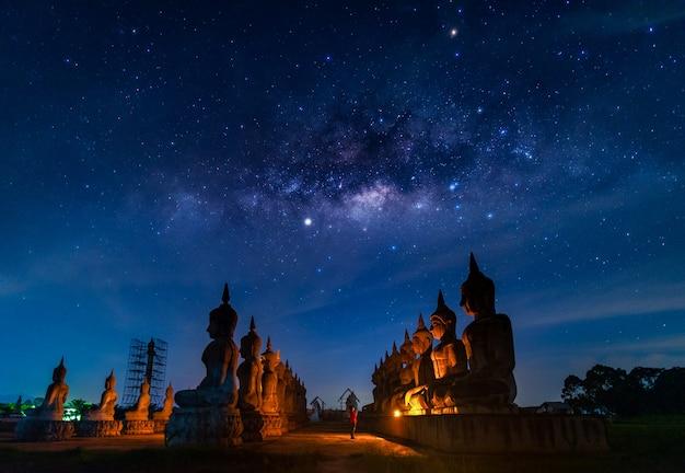 Estátua de buda e via láctea à noite, província de nakhon si thammarat, tailândia