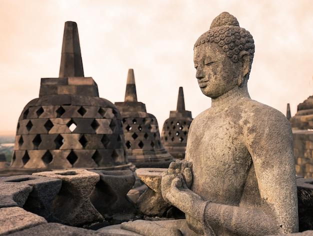 Estátua de buda em borobudur, templo budista em yogyakarta, indonésia