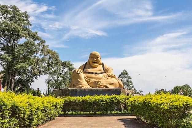 Estátua de buda em um templo budista. foz do iguaçu, brasil.