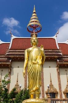 Estátua de buda em wat ban rai, província de nakhon ratchasima, tailândia