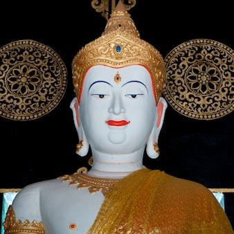 Estátua de buda em wat chedi luang, chiang mai, tailândia