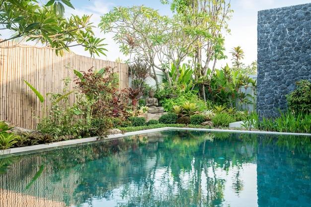 Estátua de buda no jardim da piscina