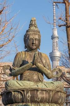 Estátua de buda no jardim do templo de sensoji em asakusa