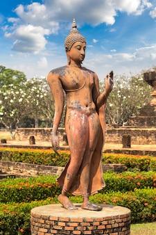 Estátua de buda no parque histórico de sukhothai, tailândia