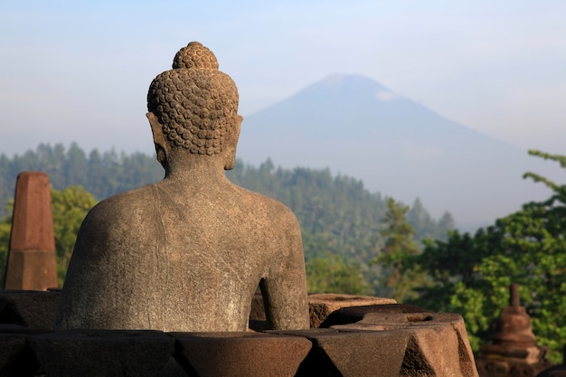 Estátua de buda no templo de borobudur