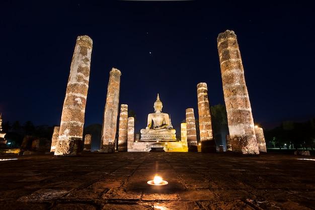 Estátua de buda no wat mahathat, templo de buda, no parque histórico de sukhothai, tailândia