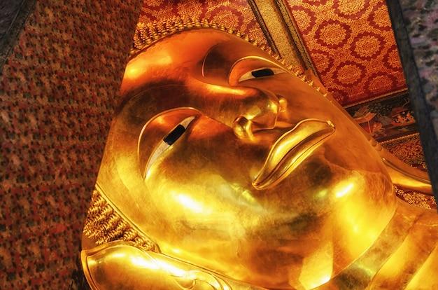 Estátua de buda reclinado em ouro. wat pho, bangkok, tailândia.