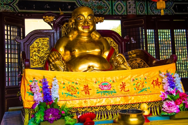 Estátua de buda rindo no monastry chinês no nepal