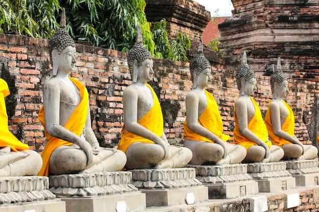 Estátua de buddha no templo de wat yai chaimongkol, ayutthaya, tailândia.