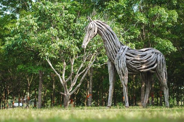 Estátua de cavalo de madeira feita de troncos
