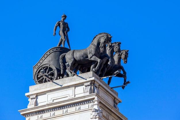 Estátua de cavalo e buggy antiga em madri, espanha
