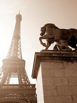Estátua de cavalo pela torre eiffel