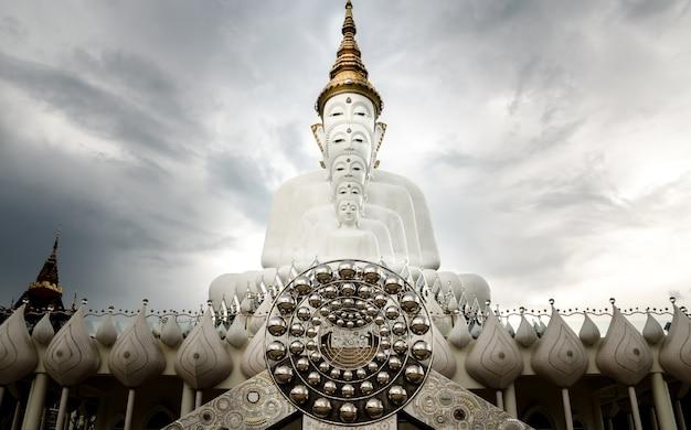 Estátua de cinco buda em wat phra that pha kaew, província de petchabun, tailândia