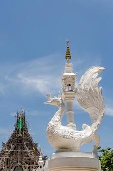 Estátua de cisne branco tailandês com no fundo do céu azul no canto