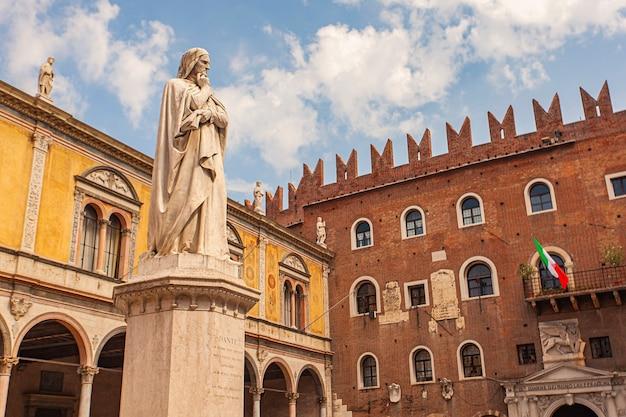 Estátua de dante de verona situada na piazza dei signori, no centro da cidade