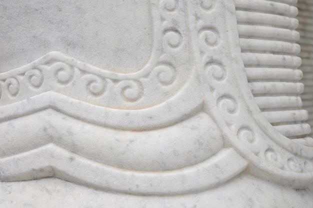 Estátua de detalhe de mármore de textura no templo de budismo