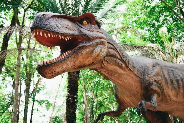 Estátua de dinossauro no parque florestal, tyrannosaurus rex