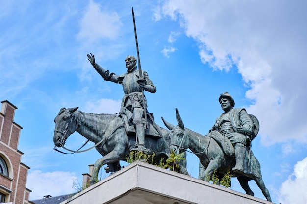 Estátua de dom quixote e sancho panza em bruxelas